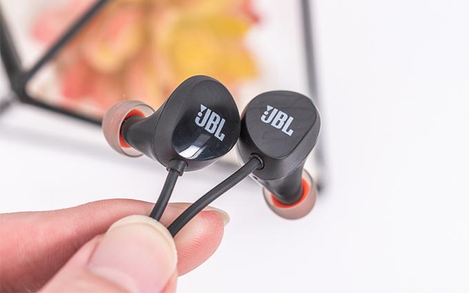JBL C125BT入耳式无线耳机评测:轻盈舒适,能让人忘记它的存在