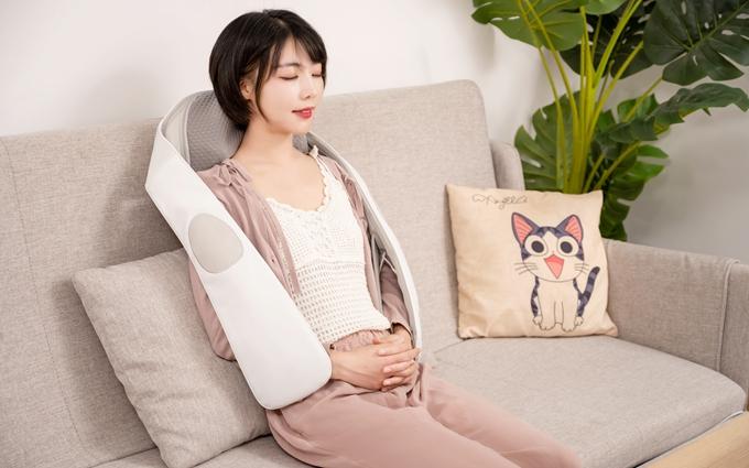 荣泰大白联名款按摩披肩评测,治愈系满满的3D按摩专家